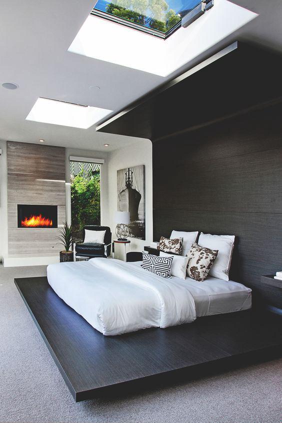 แสงสว่างที่กระจายทั่วห้อง ทำให้บรรยากาศดูทันสมัยมากขึ้น เป็นแบบห้องนอนสวยๆ เก๋ๆ สไตล์ Modern ที่เต็มไปด้วยเฟอร์นิเจอร์ทรงสี่เหลี่ยม พร้อมกับสีที่ตัดกันชัดเจน
