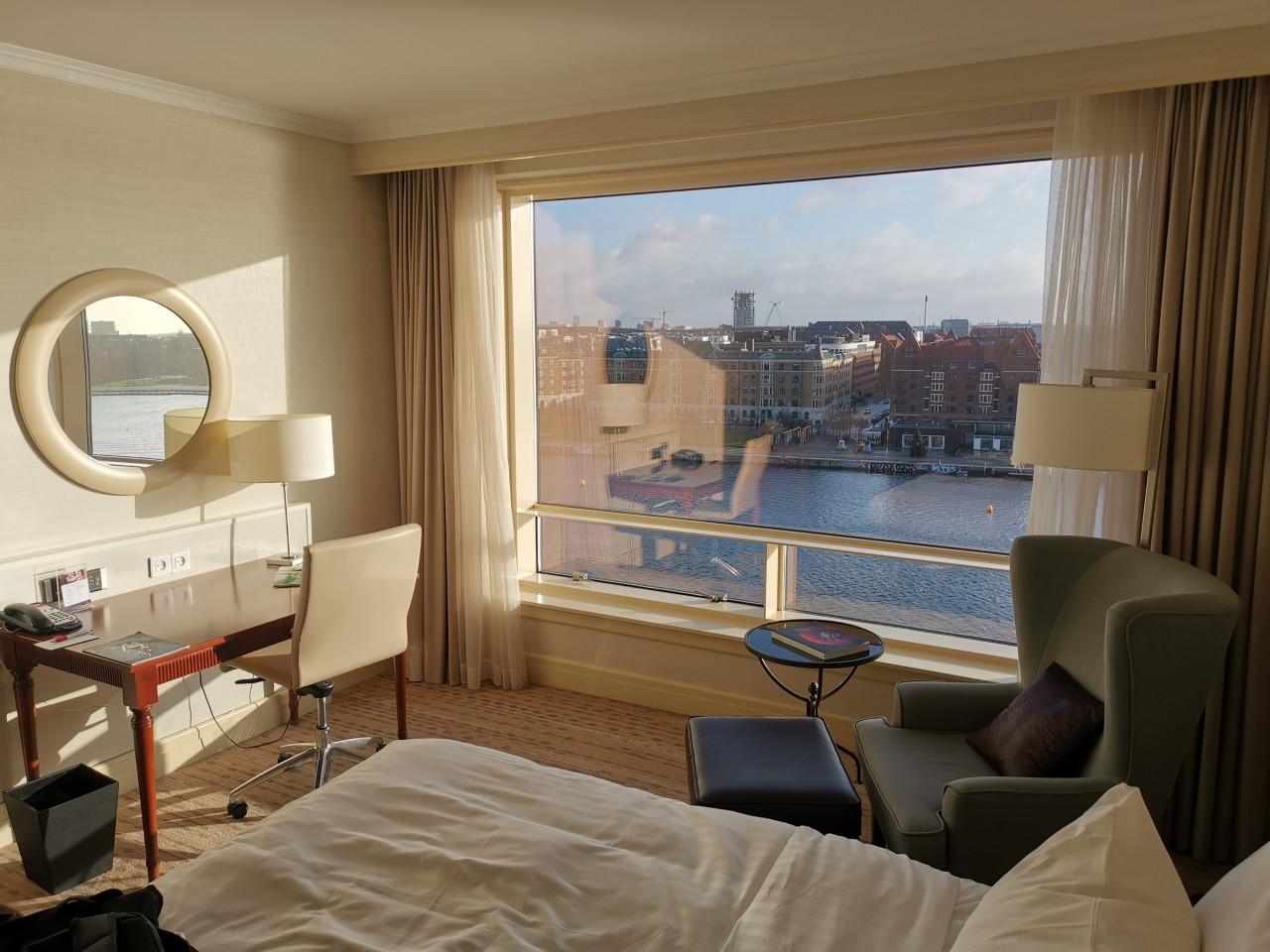 จัดห้องนอนเล็กๆ ให้ดูกว้างด้วยการเปลือยหน้าต่างรับแสงธรรมชาติ